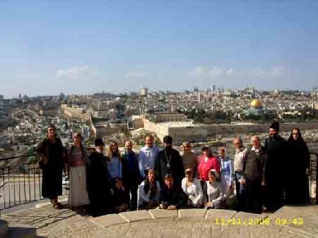 Фото  на фоне старых городских стен