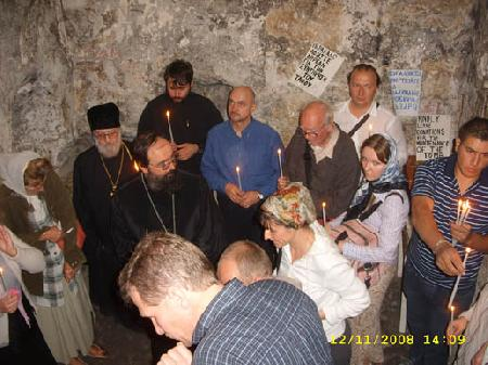 Владыка читает Евангелие от Иоанна о воскресении Лазаря