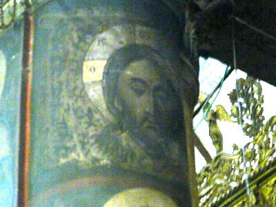 икона Спасителя на колоне, которая закрывает и открывает глаза