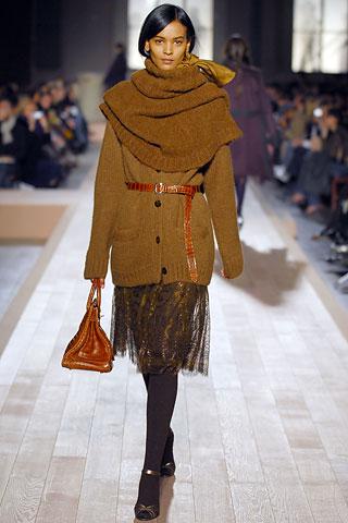 Сочетай теплые свитера крупной вязки и летящие шифоновые юбки.