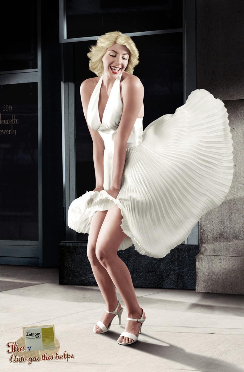 У девушек ветром платье поднимается 1 фотография