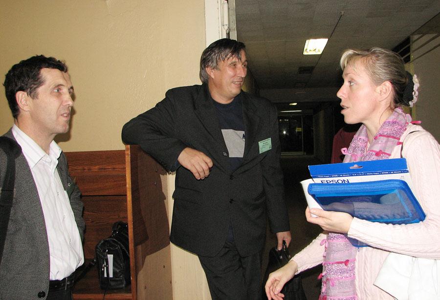 У стенда Е.Ткаченко: А.Кох (Новосибирск), П.П.Федоров (ИОФРАН), Е.Ткаченко (ИОФРАН)